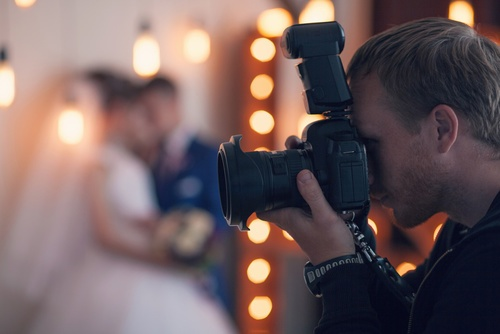 photographer photographed newlyweds in the studio